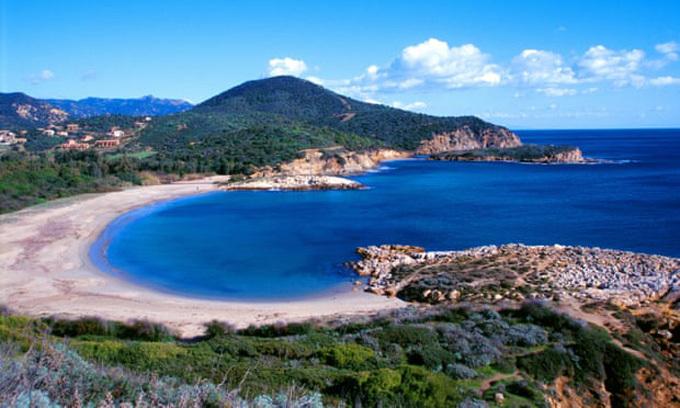 Bãi biển Chia ở đảo Sardinia, nơi hai du khách Pháp lấy trộm cát để mang về làm đồ lưu niệm. Ảnh: Pat Lam.