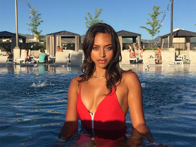 Trên trang cá nhân, Sela Vave giới thiệu bản thân là một người mẫu, nghệ sĩ, diễn viên. Cô sinh ra ởUtah và đang định cư ở Los Angeles, Mỹ.