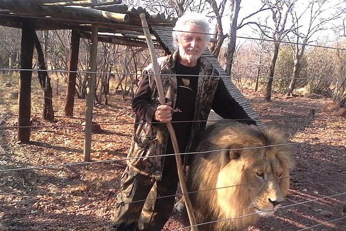 Leon van Biljon và một trong những con sư tử của ông ở khu bảo tồn, Nam Phi. Ảnh: