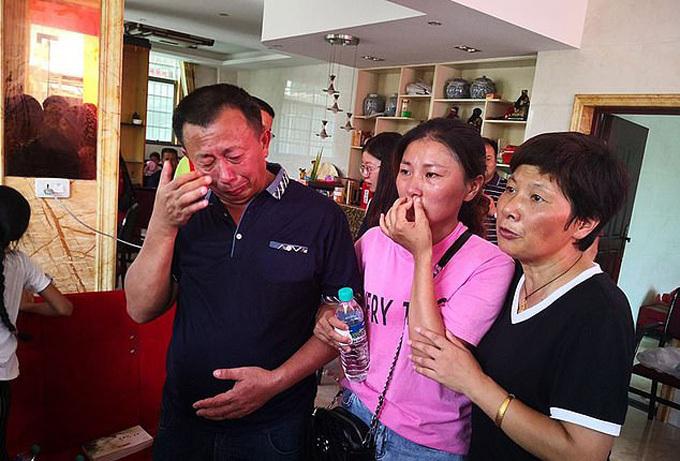 Vợ chồng ông Jin Guosheng rớt nước mắt trong ngày đoàn tụ con gái Jin Ping. Ảnh: AsiaWire.