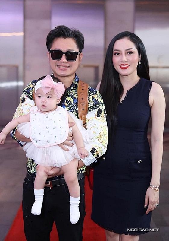 Lâm Vũ xuất hiện cùng vợ Lâm Vũ và vợ - Hoa hậu Phụ nữ người Việt Thế giới 2015 Huỳnh Tiên gây bất ngờ khi xuất hiện cùng con gái - bé Alexandra Nguyễn.
