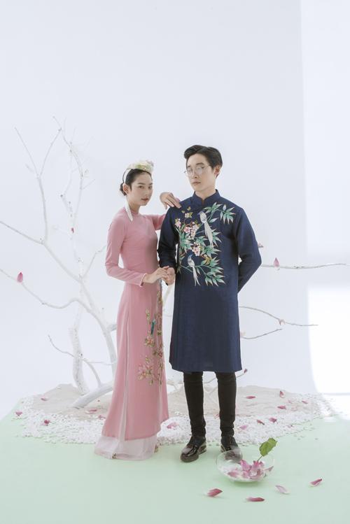 Sự kết hợp của các gam màu tương phản là một gợi ý tiếp theo cho cô dâu, chú rể. Do mang sắc pastel nên bộ đôi này không tạo cảm giác chói mắt mà vẫn nổi bật.