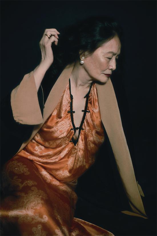 Bên cạnh hai nghệ sĩ, bộ ảnh có có sự góp mặt của những người phụ nữ đặc biệt như bà Nguyễn Thị Ngân 73 tuổi.
