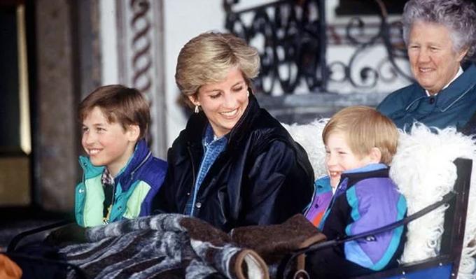 Diana và hai con trai - Hoàng tử William và Hoàng tử Harry vào năm 1990. Ảnh: UK Press.