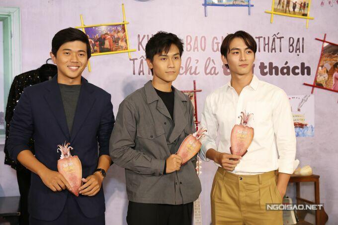 Bộ ba mỹ nam Lê Công Hoàng, Gia Huy, Lãnh Thanh (từ trái qua) của phim Thưa mẹ con đi cùng nhau đi xem phim của các đàn anh, đàn chị.