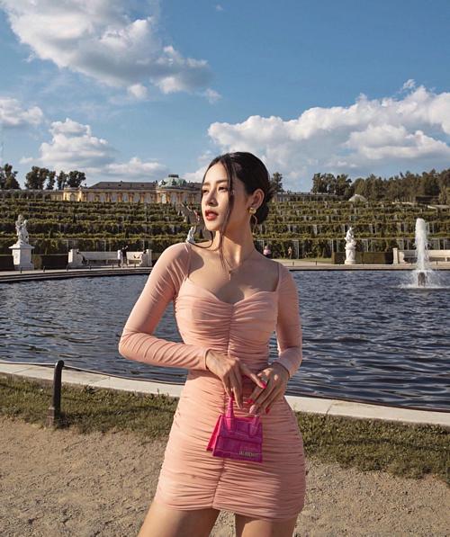Chi Pu khoe eo thon với váy tone hồng bó sát và thả thính: Bầu trời cần xanh. Em thì cần anh.