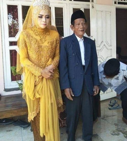 Ông Sudirgo và vợ trẻ kém 56 tuổi trong đám cưới hôm 18/8. Ảnh: Grid.