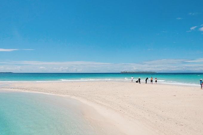 Hiện tại, ở Morotai có 2 resort chính và một số khách sạn nhỏ.D aloha resort có mức giá bình dân cònMoro Ma Doto thuộc phân khúc cao cấp.