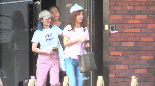 Nữ diễn viên riệu Vyrời khỏi một cửa hàng ở Bắc Kinh hôm đầu tuần. Cô mặc áo hồng, quần jeans, đội mũ bóng chày trông rất khỏe khoắn, giản dị. So với hình ảnh Triệu Vy sang trọng trên thảm đỏ hay khi dự sự kiện, ngoài đời, nữ diễn viên có phần xuề xòa và thoải mái.