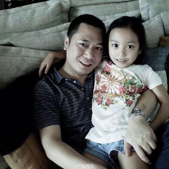 Thời gian gần đây, Tiểu Tứ Nguyệt thường đồng hành cùng mẹ và xuất hiện nhiều hơntrước ống kính truyền thông. Trước đó, Triệu Vy từng tiết lộ con gái cô tính tình tĩnh lặng, độc lập, thường không thoải mái trước  sự chú ý của cánh ký giả.