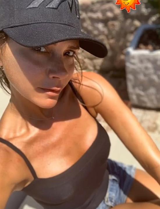 Vic khoe làn da căng mịn, rám nắng trong kỳ nghỉ ở Italy.