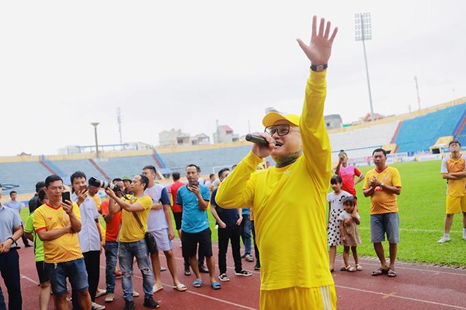Tuấn Hưng đá bóng quyên tiền ủng hộ nữ CĐV Nam Định xấu số - 4