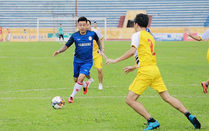 Tuấn Hưng đá bóng quyên tiền ủng hộ nữ CĐV Nam Định xấu số - 6