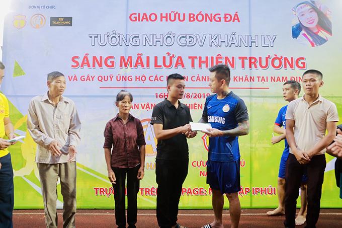 Tuấn Hưng đá bóng quyên tiền ủng hộ nữ CĐV Nam Định xấu số - 8
