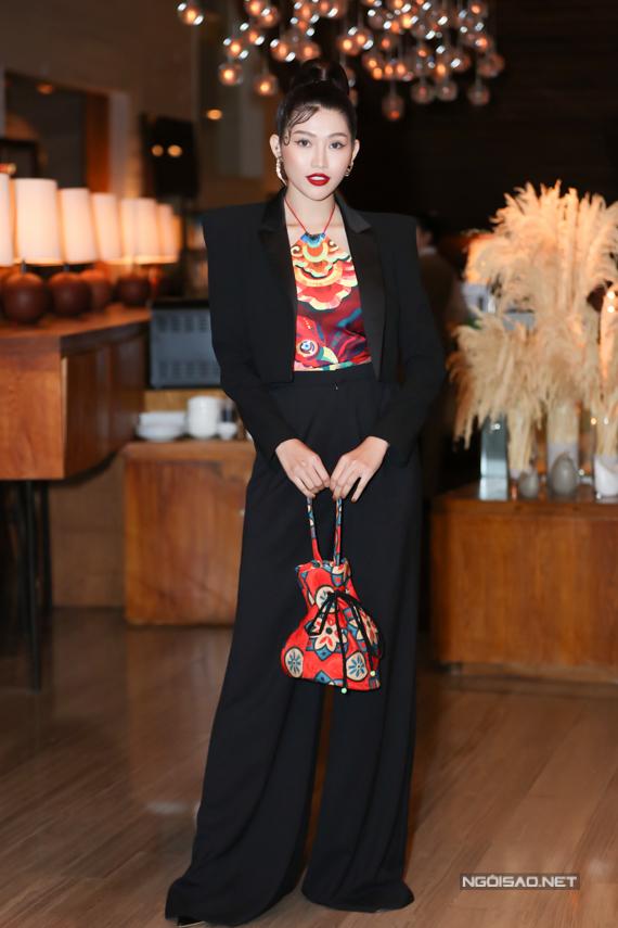Chế Nguyễn Quỳnh Châu thể hiện phong cách Âu - Á với cách phối suit đen cùng áo yếm.