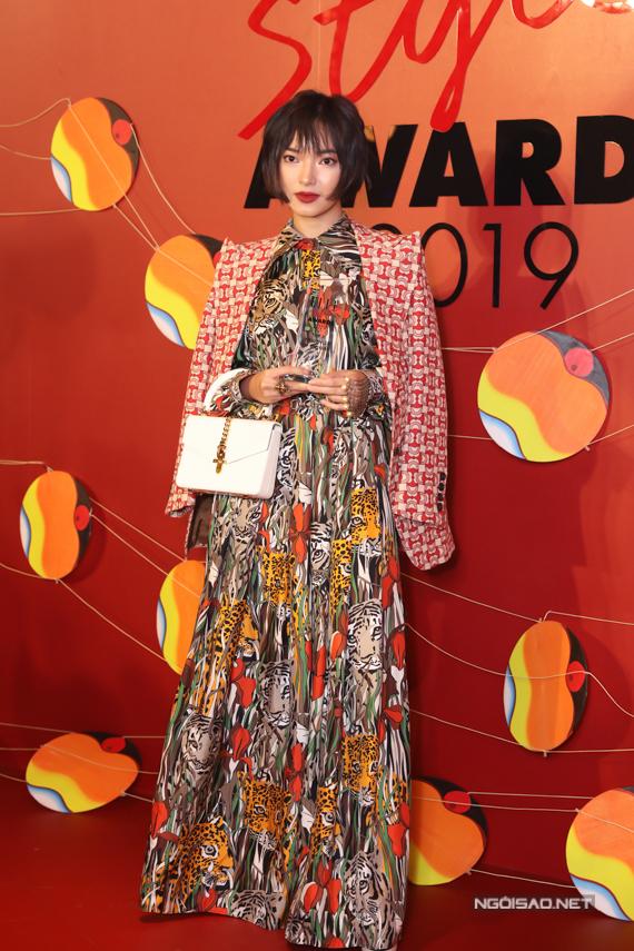 Châu Bùi chọn cách mix nhiều họa tiết cho váy dáng dài, áo khoác để tạo điểm nhấn.
