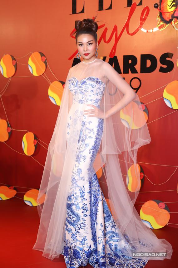 Thanh Hằng chọn váy dạ hội in họa tiết gốm sứ lục bình. Bộ cánh của Huy Trần đã giúp siêu mẫu giành được giải thưởng Best Dress tại sự kiện.