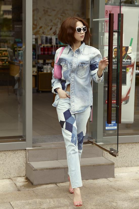 Phụ kiện hồng phấn nhẹ nhàng từ túi shoulder bag cho đến sandal quai mảnh được mĩ cùng bộ denim cá tính.