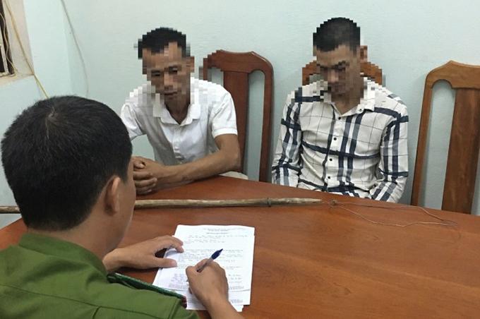 Hai tên trộm thừa nhận vụ trộm khi bị mời về làm việc tại trụ sở công an. Ảnh: Trần Tuấn