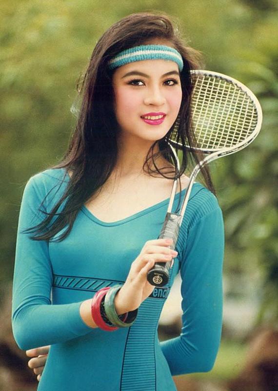 Thanh Mai sinh năm 1973, tại Nghệ An và bắt đầu bén duyên với nghệ thuật qua bộ môn múa ballet. Sau khi đạt giảiÁ hậu cuộc thi Ngôi sao điện ảnh ngày mai năm 1992, Thanh Maibắt đầu thử sức lĩnh vực diễn xuất, trong đó vai diễn trong phim Cô thủ môn tội nghiệp để lại nhiều ấn tượng với công chúng.