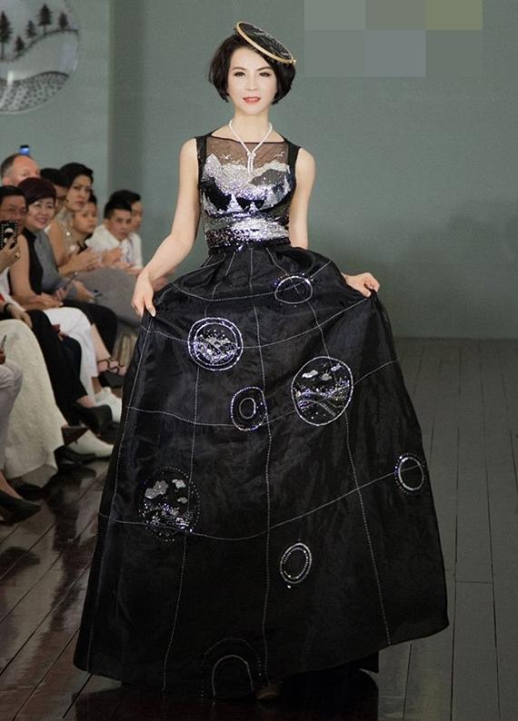 Thanh Mai vẫn nhận lời trình diễn thời trang.