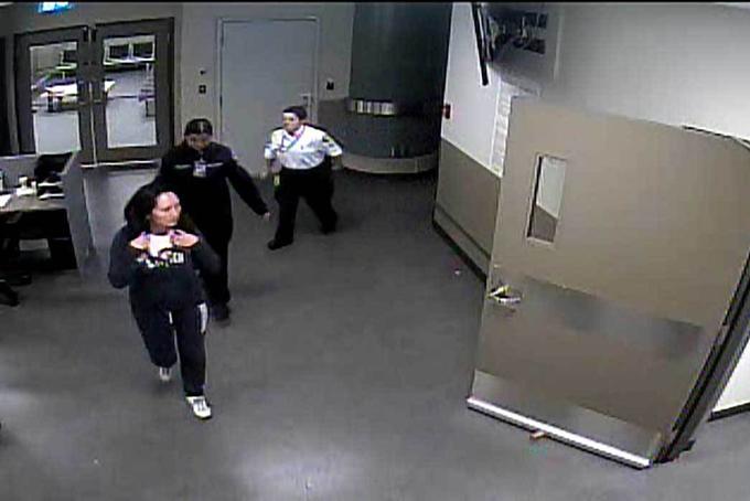 Hình ảnh bà Meng Wanzhou tại sân bay Vancouver cắt ra từ video tòa án công bố.