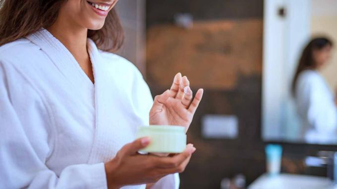Bổ sung đủ độ ẩm cho da sẽ giúp quá trình tái tạo tế bào diễn ra suôn sẻ.