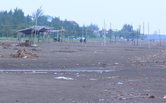 Bãi biển nơi tài xế chở bé gái ra để thực hiện hành vi. Ảnh: Hải Bình.