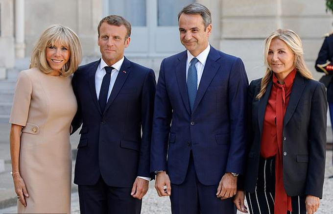 Vợ chồng Tổng thống Pháp và vợ chồng Thủ tướng Hy Lạp ở Điện Elysee, Paris hôm 22/8. Ảnh: EPA.