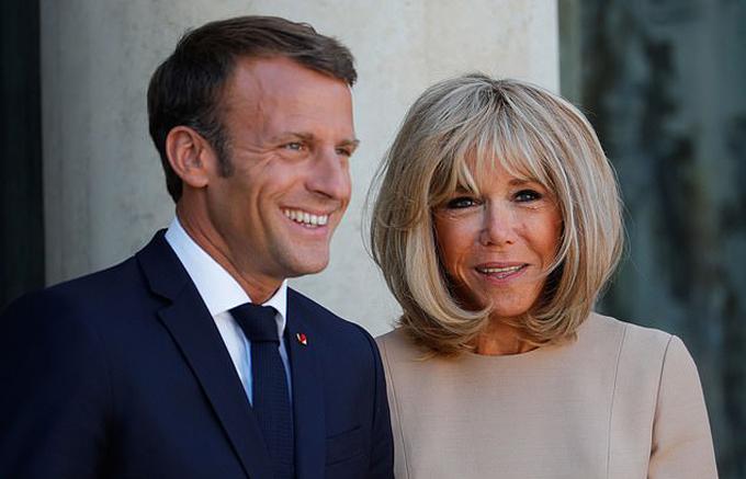 Vợ chồng Tổng thống Pháp Emmanuel Macron (41 tuổi) và Brigitte Macron (66 tuổi). Ảnh: EPA.