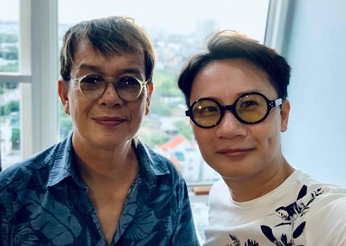 Ca sĩ Hoàng Bách selfie cùng nhạc sĩ Đức Huy và hỏi: Anh em nhà mình giống nhau tầm bao nhiêu phần trăm nhỉ?.