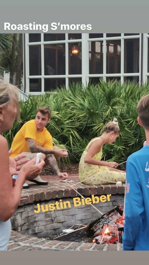 Vợ chồng Justin - Hailey tại một điểm du lịch ở Nam Carolina.