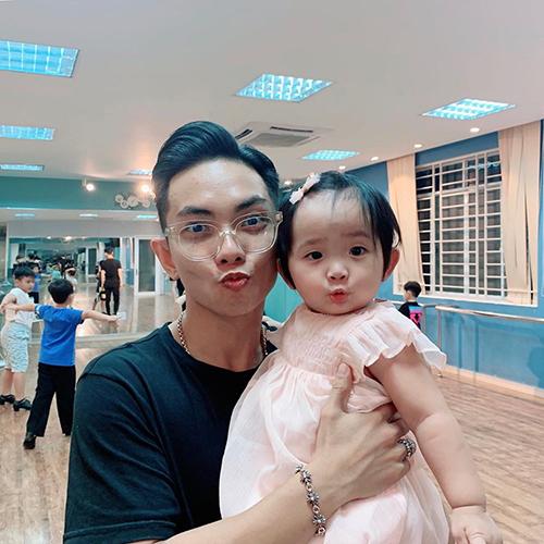 Đăng ảnh ông xã Phan Hiển bên con gái, Khánh Thi cho biết: Ba bắt chước con tạo dáng chứ hổng phải Anna học theo ba Hiển đâu nha.