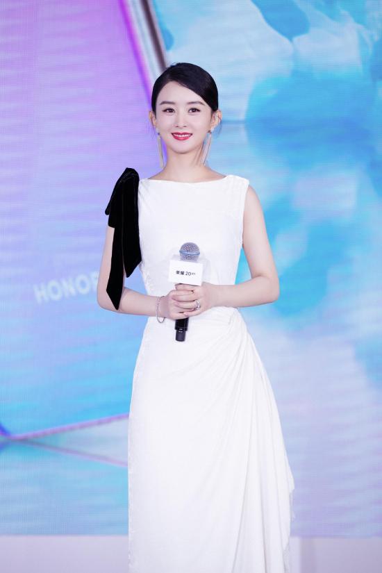 Diễn viên Trung Quốc Triệu Lệ Dĩnh tham dự một sự kiện ở Bắc Kinh hôm 22/8, đây là lần tái xuất đầu tiên của cô kể từ khi sinh con trai đầu lòng hôm 8/3. So với thời con gái, Lệ Dĩnh tròn trịa hơn rất nhiều, gương mặt rạng rỡ hạnh phúc.