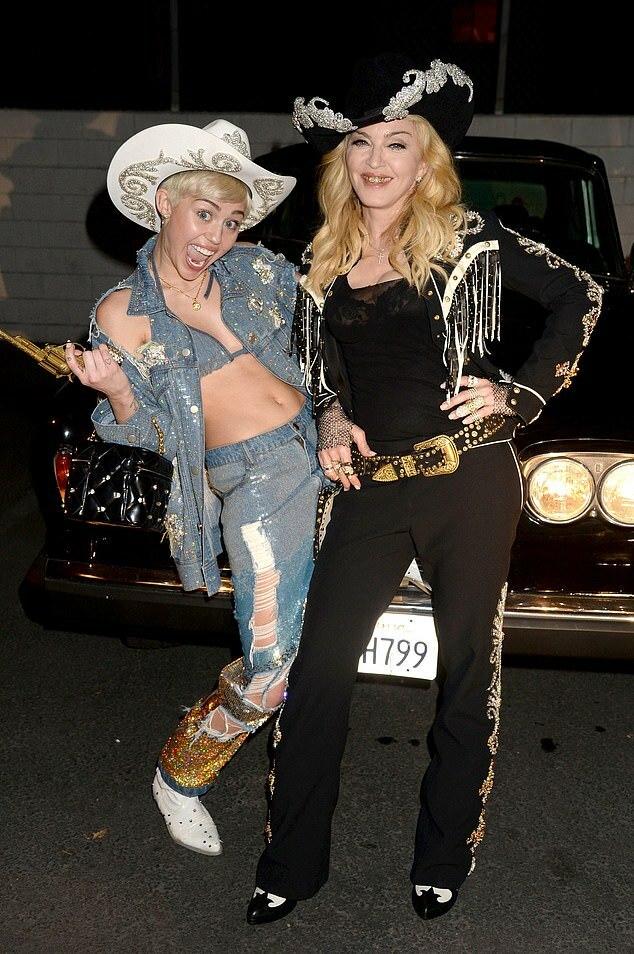 Miley Cyrus và Madonna (bên phải) năm 2014.