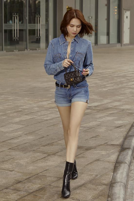 Bộ ảnh được thực hiện với sự hỗ trợ của nhiếp ảnh Mắm, stylist Phạm Bảo Luận, trang điểm Bảo Bảo.