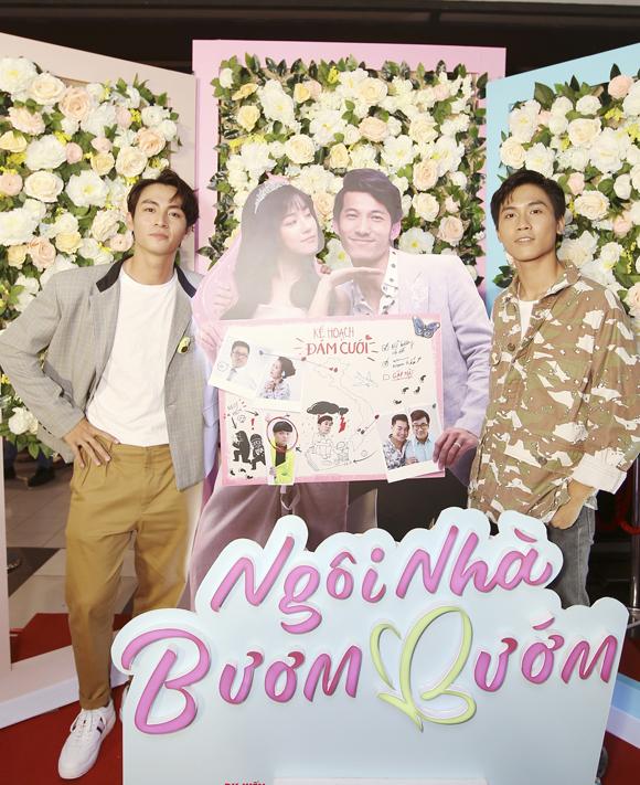 Hai mỹ nam của phim Thưa mẹ con đi là Gia Huy (phải) và Lãnh Thanh rủ nhau đi xem phim.