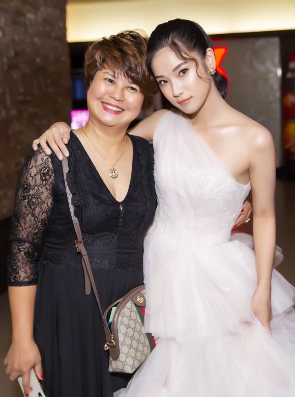 Mẹ của Hoàng Yến tới chung vui cùng con gái.