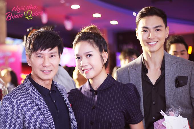 Đại diện đoàn phim Lật mặt 4 - Vợ chồng Lý Hải - Minh Hà và ca sĩ Jay Quân (ngoài cùng bên phải) đến ủng hộ dự án của các đồng nghiệp.