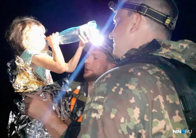 Các nhân viên cứu hộ mang nước cho Zarina sau khi tìm thấy em tối 21/8. Ảnh: East2west.