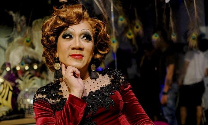 NSƯT Thành Lộc duyên dáng trong tạo hình drag queen.