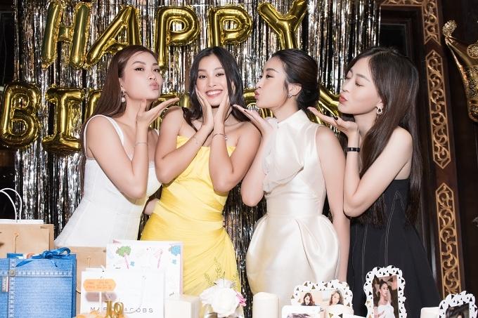 Hoa hậu Trần Tiểu Vy (váy vàng) tổ chức buổi tiệc sinh nhật đón tuổi 19, bên cạnh Á hậu Diễm Trang, Hoa hậu Mỹ Linh, Á hậu Phương Nga (từ trái qua).