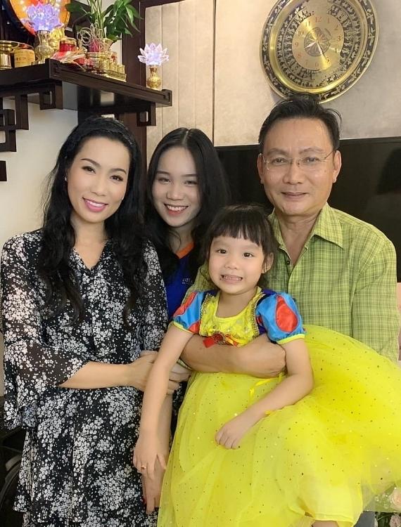 Trịnh Kim Chi đón tuổi mới bên chồng và hai con. Ở tuổi 47, cô có cuộc sống viên mãn cả về sự nghiệp lẫn hôn nhân.
