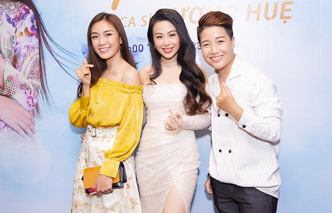 Đạo diễn chuyển giới Yunbin (ngoài cùng bên phải) và vợ mới cưới Tú Tri đến chung vui với Dương Huệ.
