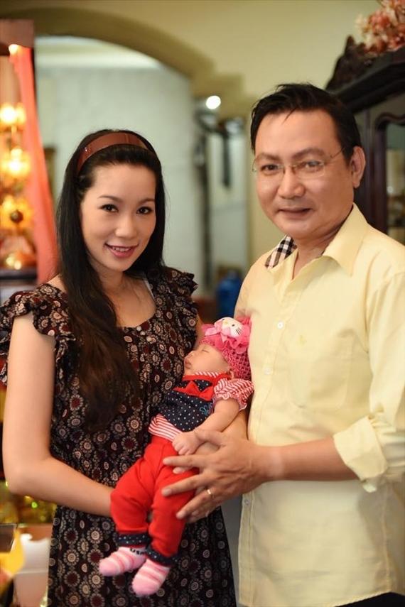 Tháng 6/2016, Trịnh Kim Chi hạnh phúc đón con gái Khánh Vy chào đời. Vượt cạn lần hai ở tuổi 43, á hậu Việt Nam 1994 cảm thấy may mắn khi ông xã Trấn Phương luôn bên cạnh chăm sóc, cưng chiều. Nhà tôi có người giúp việc nhưng anh ấy nhất định muốn tự tay mình làm mọi việc mới yên tâm, nữ diễn viên tiết lộ.