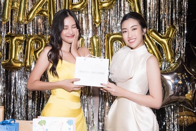 Đỗ Mỹ Linh diện nguyên set đồ từ event buổi chiều cùng ngày để đi ăn sinh nhật Tiểu Vy.