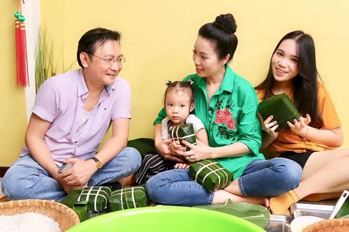 Hiện Trịnh Kim Chi tham gia diễn xuất và quản lý sân khấu kịch mang tên mình, còn ông xã Trấn Phương điều hành công ty sản xuất nhựa. Hai vợ chồng luôn hỗ trợ, san sẻ công việc cho nhau. Dịp Tết, họ còn tranh thủ dạy hai con gói bánh chưng.