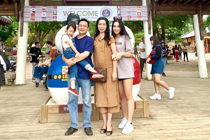 Á hậu Việt Nam 1994 chia sẻ, vợ chồng cô hâm nóng tình cảm, giữ lửa hôn nhân bằng những chuyến du lịch cùng nhau. Hồi tháng 6/2019, gia đình nữ diễn viên đi Hàn Quốc mừng sinh nhật hai con gái.