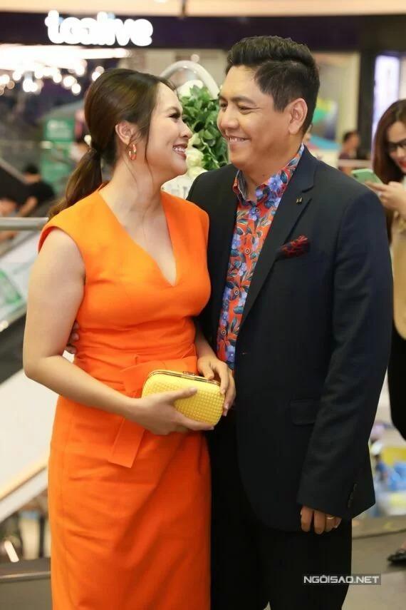 Vợ chồng Thanh Thúy - Đức Thịnh thân mật tại sự kiện ra mắt phim Anh thầy ngôi sao.