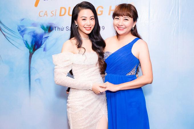 MC Ngọc Tiên đọ vai trần với Dương Huệ.